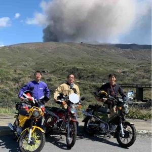 噴煙を上げる阿蘇山ルートをカブ三台でふらりとツーリング クラブトリプルコーション