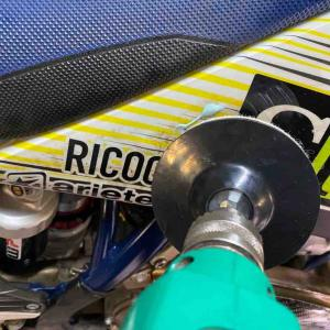 オフロードバイク、シュラウドなどが汚れて落ちない汚れは、アレでゴシゴシ