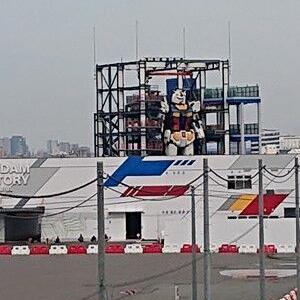 ガンダム 横浜港の埠頭に現れる
