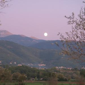 夕空に月うつくしいテルミニッロ山
