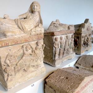 エトルリアの骨壺・さかずき 第一日曜は博物館・美術館無料、ペルージャ 国立ウンブリア考古学博物館