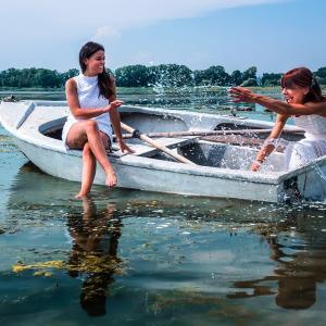 母と娘 写真 アントネッラ・マルツァーノ 俳句・伊訳 石井直子〜イタリア 女性写真展から