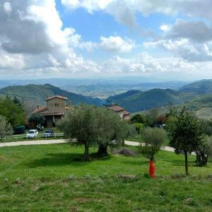 遠来の友と今夜は山の家でピザ、ペルージャ テッツィオ山