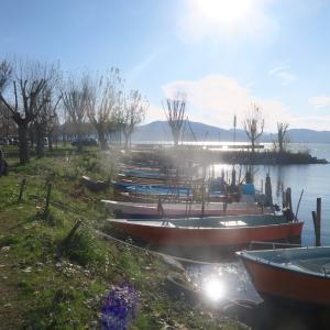 オレンジの夕焼け 三日月 たそがれの青、トラジメーノ湖