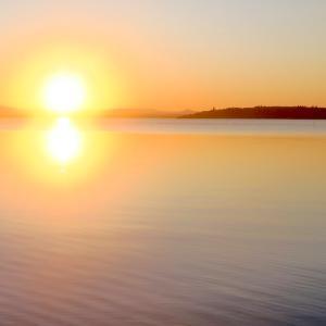 たそがれゆく世界静かに映す湖、トラジメーノ湖