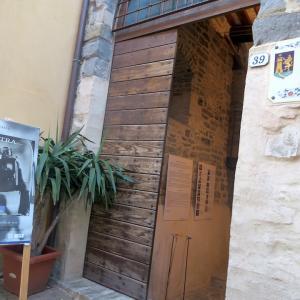 日本語で俳句も朗読、イタリア陶器の町で女性写真展