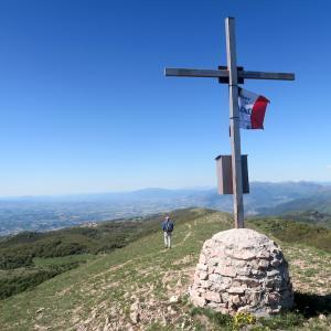 きっとすべてがうまくいく、フィオンキ山頂の旗と見晴らし