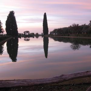 古のティヴォリの遺跡に夕日の光、ハドリアヌス荘