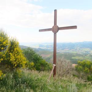 テッツィオ山登れば花と城と見晴らし、ペルージャ