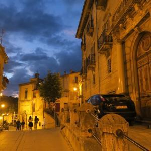 夜明かりに金色の村と紺碧の空、アブルッツォ スカンノ