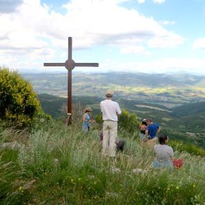 にぎやかに花や城見て登る週末、ペルージャ テッツィオ山