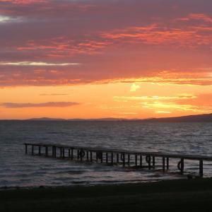 夕焼けのトラジメーノ湖で夕食を