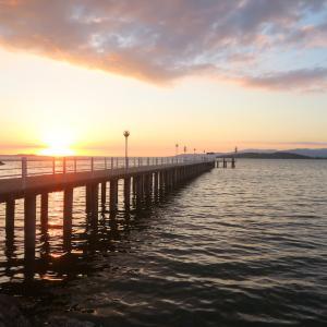 夕日追い車でめぐるトラジメーノ湖