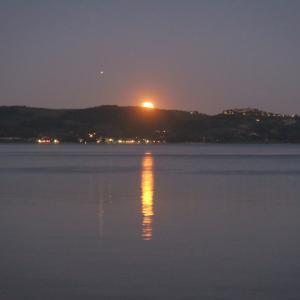 湖に昇る満月を愛でに夕日見てから、トラジメーノ湖