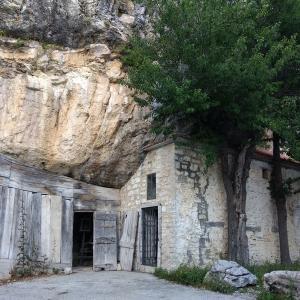 岩の庵 聖パウロ書簡運ぶ聖ルカが宿ったそうな、涼求めモリーゼの山に登れば