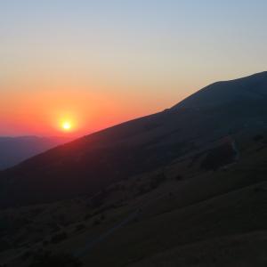 あかあかと沈む夕日をクッコ山から、ウンブリア