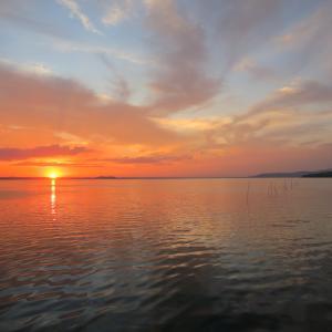 荒れ模様の空にとびきりきれいな夕焼け、トラジメーノ湖