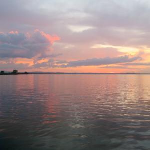 夕暮れもをかし真夏のトラジメーノ湖
