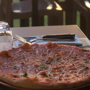 トラジメーノ湖夕焼けのピザは魚とトマト