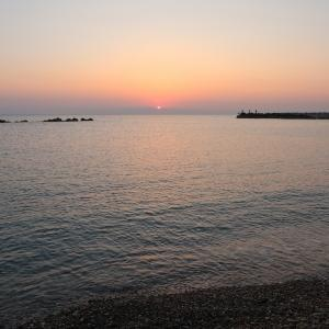 朝日にきらめく海と南伊の旅のホテル選び