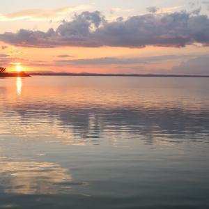 ともせ心に希望の火 夕日きらめく湖とイタリア語版瞑想講座