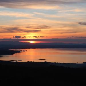とびきりの夕焼けトラジメーノ湖に突然に