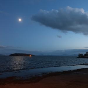 光る月をぱくり雲の魚トラジメーノ湖