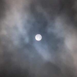 雲間から漏れ出ずる日の光 満ちる月
