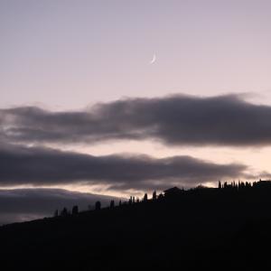二日月に地球照 北風が雲払いし空に