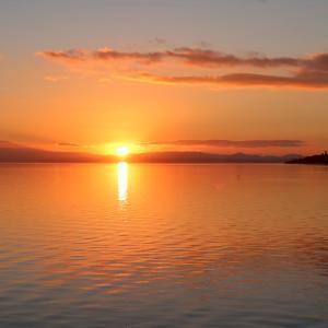 夕焼けにきれいトラジメーノ湖今年初めて