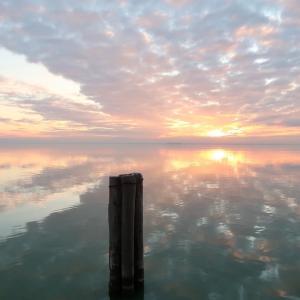 日が沈み茜色そして灰色トラジメーノ湖