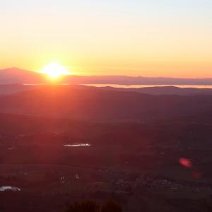 金色の夕日ゆく湖をテッツィオ山から