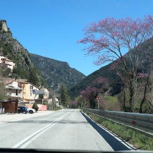 花の渓谷・雪山・町見つつドライブ、ウンブリア