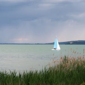 自転車が競った道通って湖畔を散歩、トラジメーノ湖