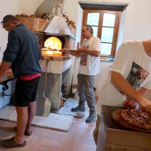 ピザ窯で焼くピザおいしい山の夜
