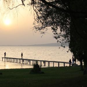 夏至の祝い サハラの砂 イタリアの日と空覆う湖で