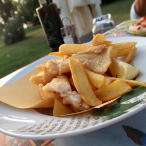 湖でうちで食は歯に優しく夏の夕暮れ、トラジメーノ湖