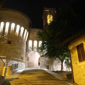 城門と町並み夜もきれいコルチャーノ
