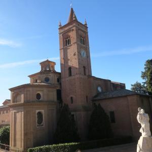 農業にいそしむ白衣の修道士、モンテ・オリヴェート・マッジョーレ修道院