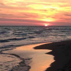 海で泳ぎ夕日を愛でて今日はトレッキング