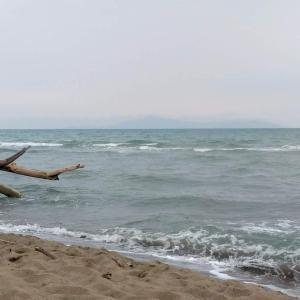 空は暗く波は荒れ夏が過ぎゆくマレンマの海