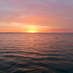 灰色の空 桃色に染まる夕、トラジメーノ湖
