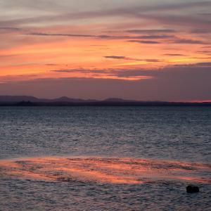 沈む夕日追いかけて北風の吹くトラジメーノ湖へ