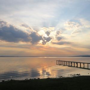 金色に銀色に光る湖の夕、トラジメーノ湖
