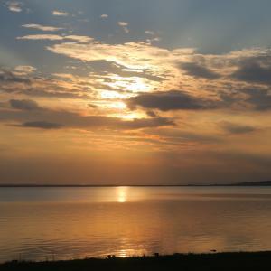金色の夕焼けと濃紺・ピンクのたそがれ、トラジメーノ湖