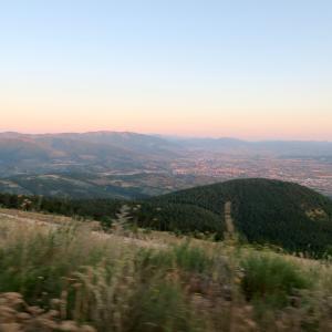 茜色の山と空ゆくグライダー、スバージオ山 アッシジ