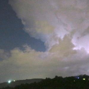 窓閉めろ 家も車も雷鳴れば、雷雨到来 イタリア中部
