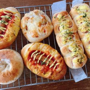 食パンの発酵待ちの間にもパンを焼く