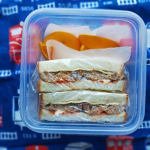 4/15(木)チーズハンバーグサンドとゆで卵入り中華おこわおにぎり弁当