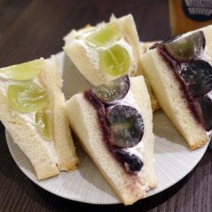 白と黒のあん入りぶどうのフルーツサンド 浅草 スケマサコーヒー